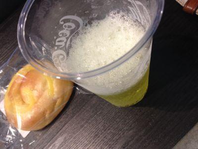 神戸空港 ラウンジ神戸 ジュースとパン