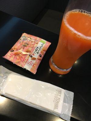 伊丹空港ANAラウンジ 野菜ジュースとおつまみ