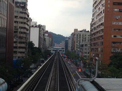 台北MRT 文湖線は高架鉄道です