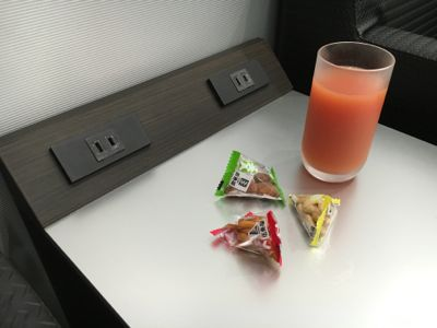 カードラウンジ華 グァバジュースとお菓子