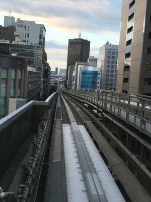 神戸空港行き 朝の神戸の都心部を進みます
