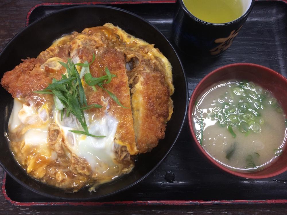 カツとじ丼と味噌汁