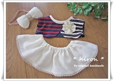 コサージュ付きボレロ風プルオーバーと白スカート03