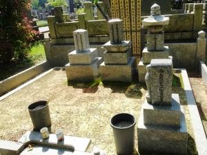 長谷川一夫(中央)、林成年(左)の墓