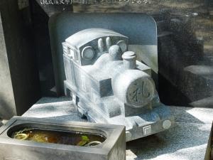 蒸気機関車型の墓石