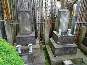 狩野芳崖の墓(左)