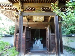築山御前の廟堂