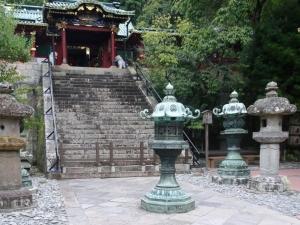 唐門前の唐銅燈籠