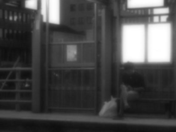 停留所の男_モノクロ