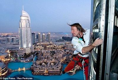 Alain Robert climbs a tallest building - Burj Khalifa Dubaï