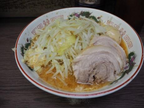 161011_横浜関内_小ラーメン_みそ_麺半分_ヤサイニンニク