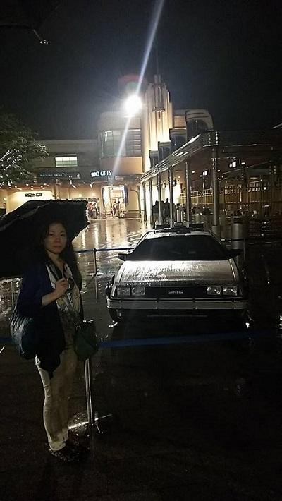 雨の中のデロリアンと
