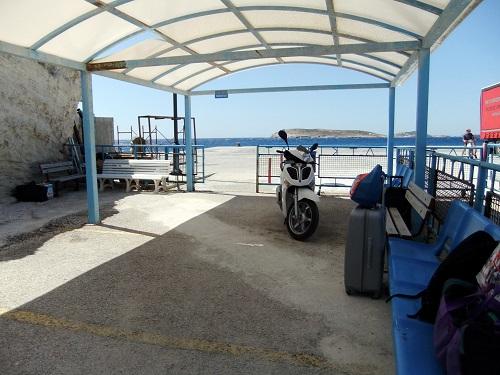 キモロス_港の待合所