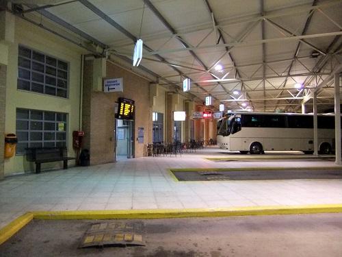 カラマタ_KTELでバス待ち (2)