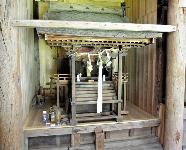 安楽寺堂内の惟喬親王を祭神とする神祠