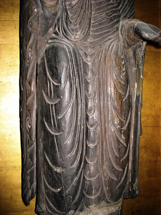 福田寺・釈迦如来像の脚部の衣文~左袖に二つの渦文
