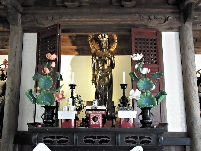 本堂須弥壇上の厨子に祀られる十一面観音像