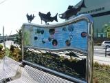 JR釜石駅 サケの銅像が付いた案内板