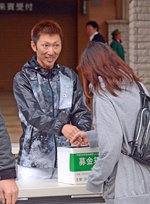 【画像】蛯名正義、募金活動で笑顔を見せ握手