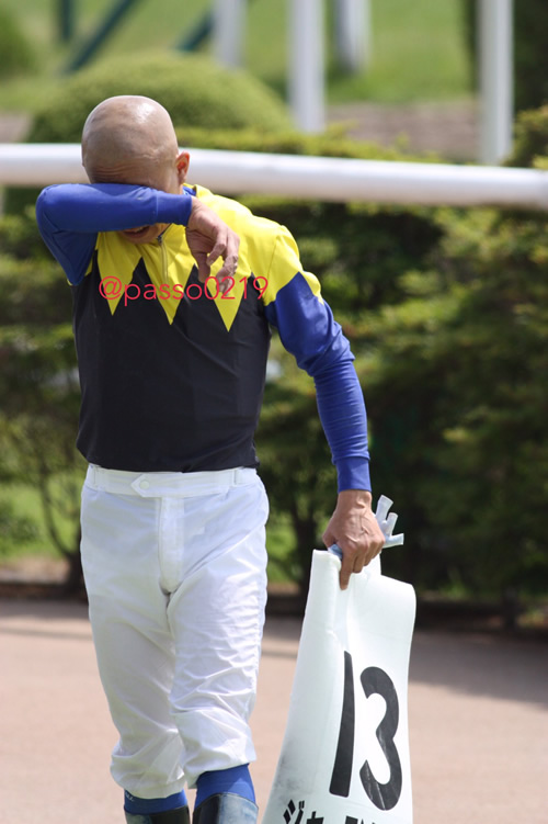 【画像】岩田騎手、1Rを勝って号泣