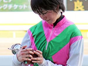 【画像】初めて記念品もらって感動してる藤田菜七子ちゃんが可愛いと話題に