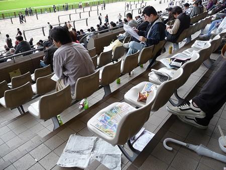 競馬場に行ったらイスが新聞とかほぼ取られててワロタ