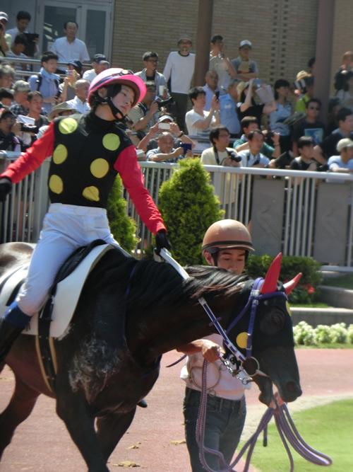 【画像】菜七子ちゃんが馬の背中にお股を押し付けて仰け反ってるんだけど