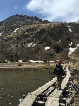 弥陀が池通過の白根山正面