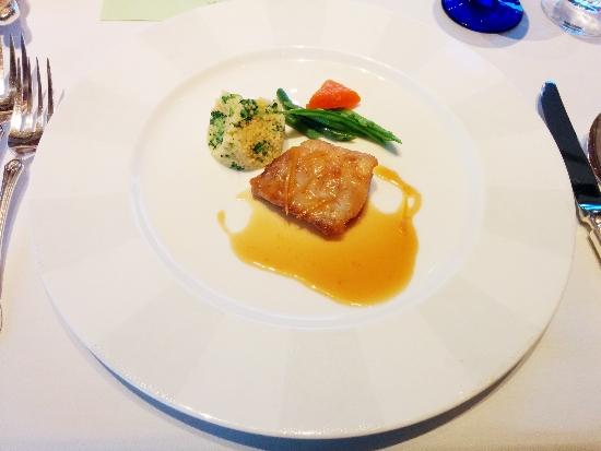 白身魚のポワレ クスクスとブロッコリーのオランデーズソース和え レモンソース