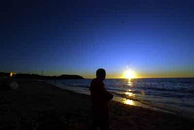 海の声を弾いている三線の写真
