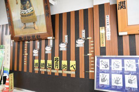 両国駅改札内大相撲の展示