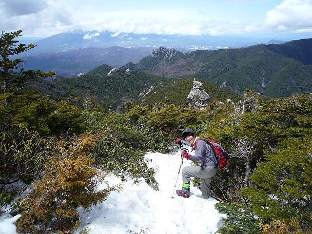 P1050680●瑞牆山を背景に雪の中.jpg