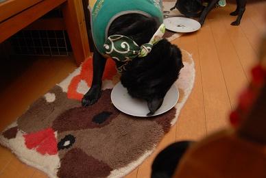 なめ、自分の皿まだ、残ってるぞ!