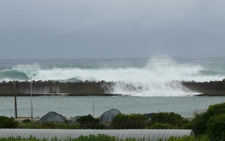 防波堤を越える高波