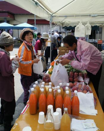 リンゴもよく売れた物産販売(28.4.16)