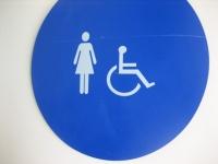 女性と車椅子の表示