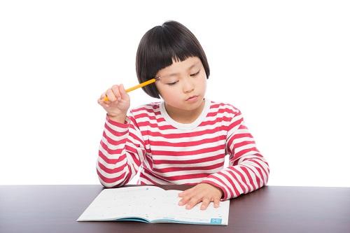 書類を見て税額を検証する女の子