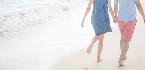 波打ち際を歩く2人