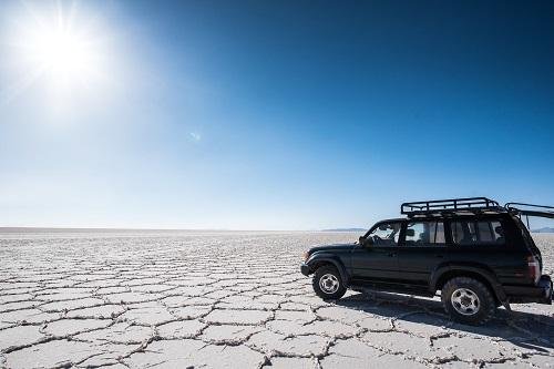 ウユニ湖を走る車