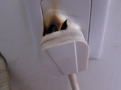 火を噴くコンセント