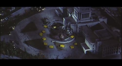 キングコング輸送作戦をヘリから見下ろしたようなカット