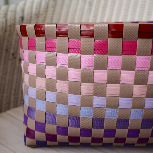 ピンクと紫色の」グラデーションのプラかご