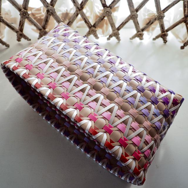 ピンクと紫のグラデーションのプラかご作り