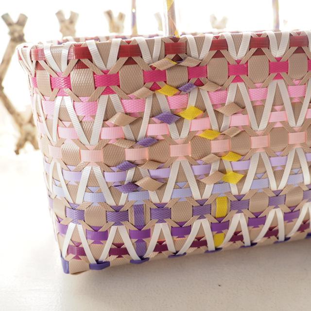 ピンクと紫色のグラデーションのプラかご