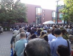 美術館前の列