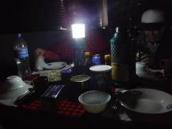 カンテラの明かりで夕食