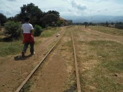 線路を歩いてモシの駅へ。