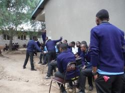 中庭の集会の生徒達