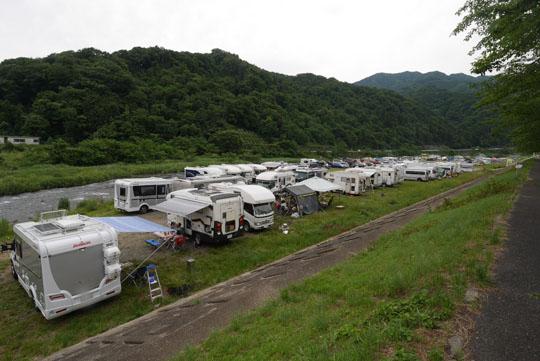 013河原はキャンピングカーでいっぱい