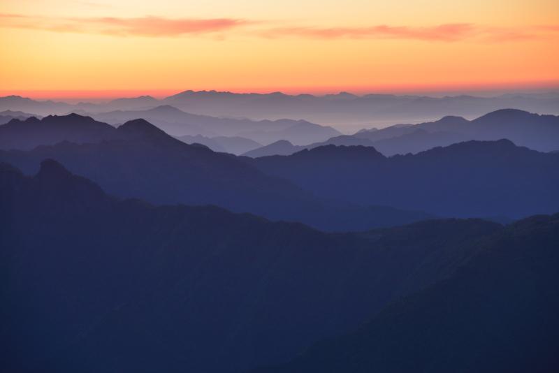 目覚めの峰々 (愛媛県瓶ヶ森林道より高知連山)